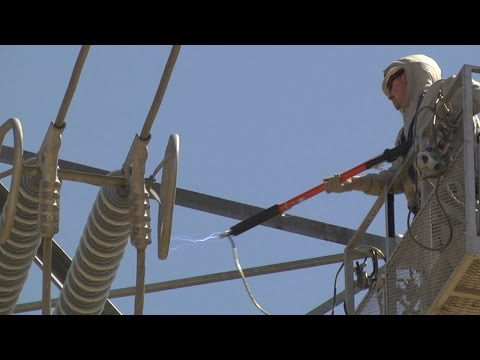 VIDEO: PGE Teaches Linemen How to Work on Energized Power Lines